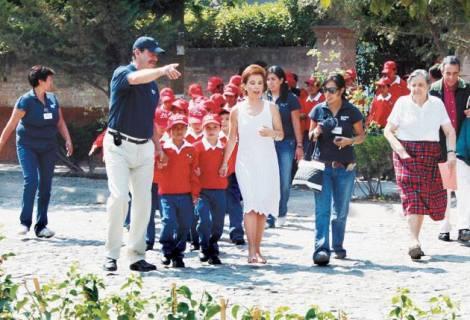 Rosa Verduzco alias #MamaRosa, acompañada de sus grandes benefactores, Vicente Fox Quesada y Martha Sahagún.